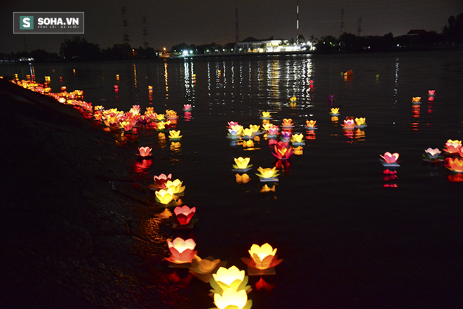 Hàng nghìn ngọn hoa đăng lung linh trên sông Sài Gòn - Ảnh 9.