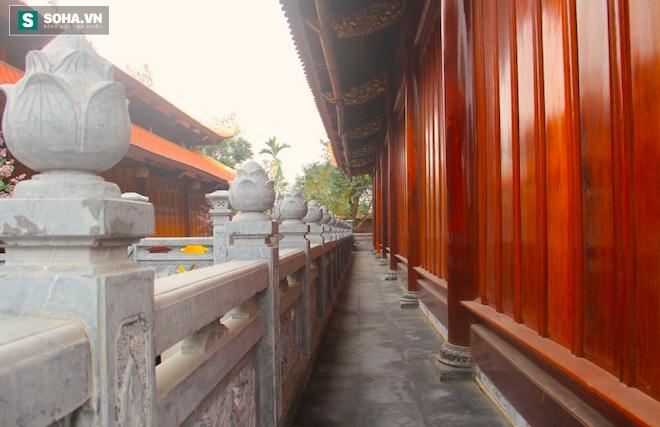 Những pho tượng dát vàng trong đền thờ độc đáo bậc nhất Việt Nam - Ảnh 11.