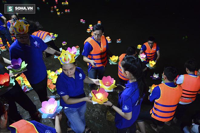 Hàng nghìn ngọn hoa đăng lung linh trên sông Sài Gòn - Ảnh 6.