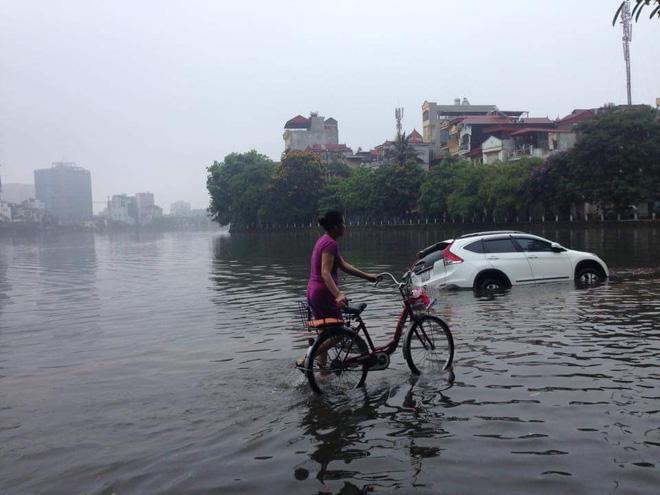 15 hình ảnh chìm trong biển nước sau mưa lớn ở TP HCM và Hà Nội - Ảnh 15.