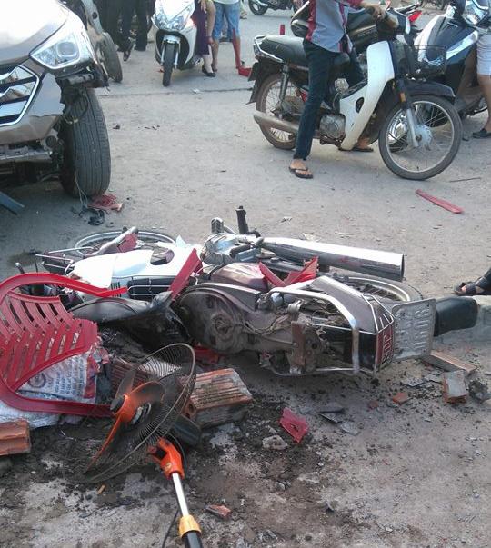 Ô tô mất lái hạ gục gần 10 xe máy sau 2 cú đâm - Ảnh 1.
