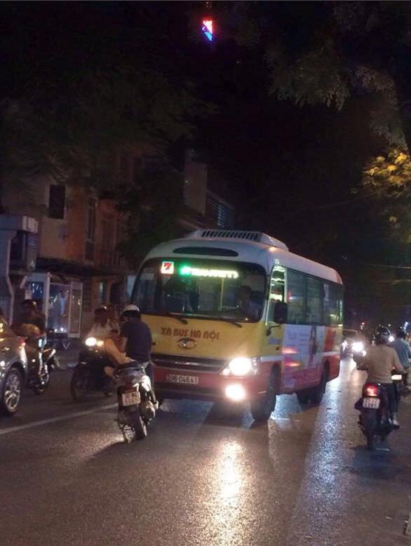 Thanh niên dựng xe giữa đường chặn đầu xe buýt đi sai làn - Ảnh 1.