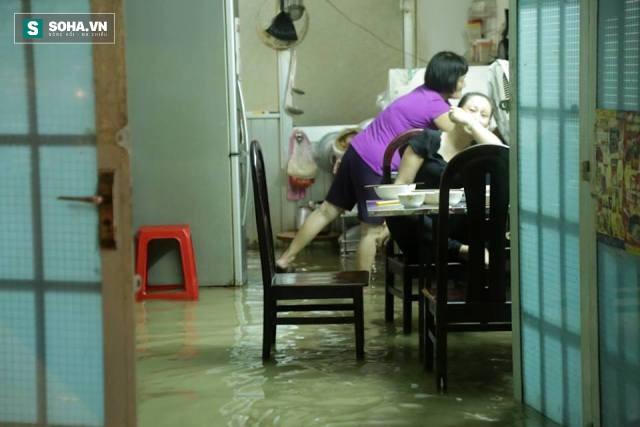 [ẢNH] Triều cường dâng cao, Sài Gòn biến thành biển nước - Ảnh 8.