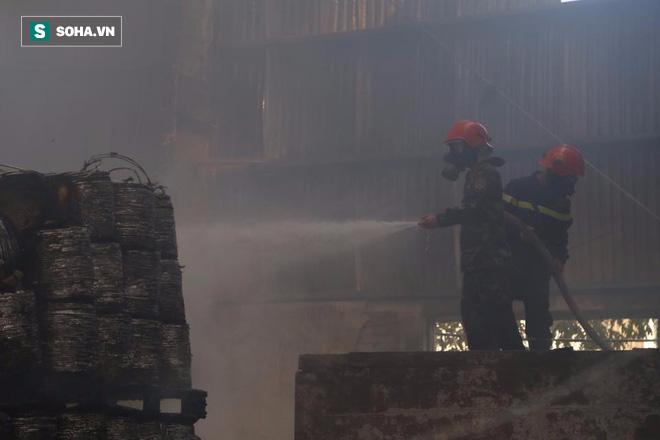 [Chùm ảnh] Hiện trường vụ cháy lớn tại khu công nghiệp Ngọc Hồi - Ảnh 14.