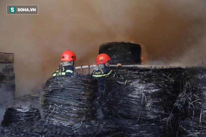 [Chùm ảnh] Hiện trường vụ cháy lớn tại khu công nghiệp Ngọc Hồi - Ảnh 3.