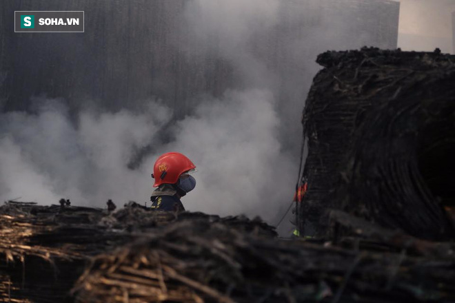 [Chùm ảnh] Hiện trường vụ cháy lớn tại khu công nghiệp Ngọc Hồi - Ảnh 15.