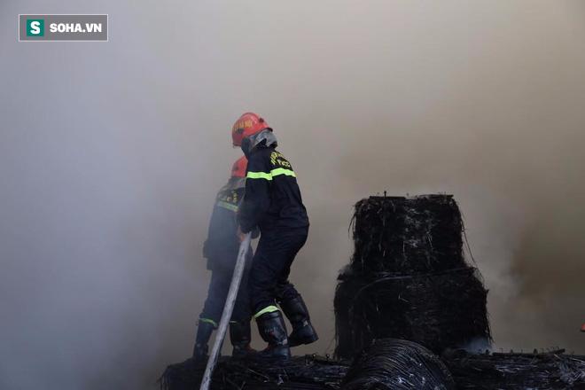 [Chùm ảnh] Hiện trường vụ cháy lớn tại khu công nghiệp Ngọc Hồi - Ảnh 16.