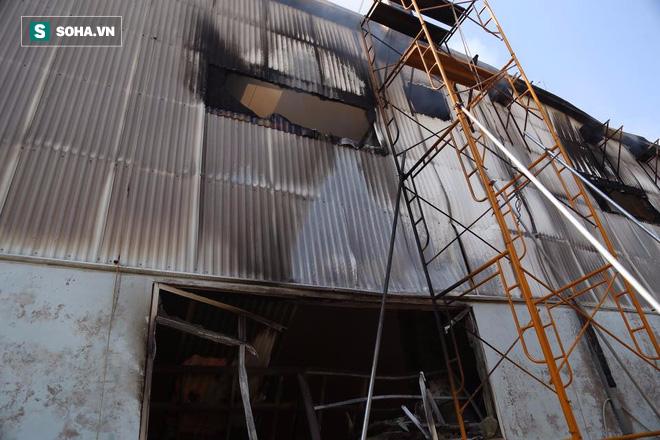 [Chùm ảnh] Hiện trường vụ cháy lớn tại khu công nghiệp Ngọc Hồi - Ảnh 2.