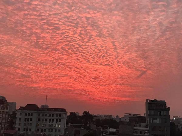 Xuất hiện những đám mây kỳ lạ trên bầu trời Hà Nội chiều qua - Ảnh 6.