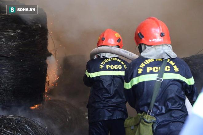 [Chùm ảnh] Hiện trường vụ cháy lớn tại khu công nghiệp Ngọc Hồi - Ảnh 4.