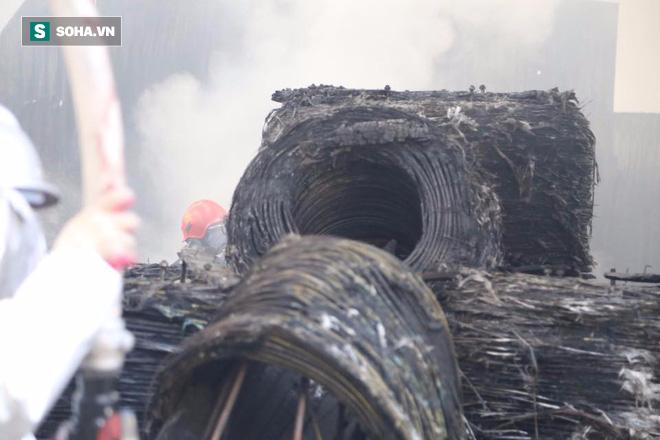 [Chùm ảnh] Hiện trường vụ cháy lớn tại khu công nghiệp Ngọc Hồi - Ảnh 17.