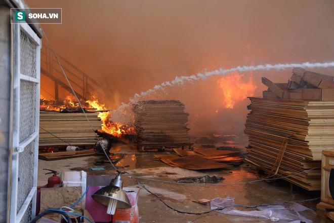 [Chùm ảnh] Hiện trường vụ cháy lớn tại khu công nghiệp Ngọc Hồi - Ảnh 5.