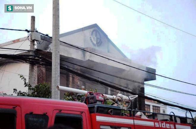 Cháy lớn ở vùng ven Sài Gòn, 3 người thương vong, CA tiếp tục tìm kiếm người mắc kẹt - Ảnh 1.