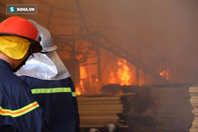 [Chùm ảnh] Hiện trường vụ cháy lớn tại khu công nghiệp Ngọc Hồi - Ảnh 6.
