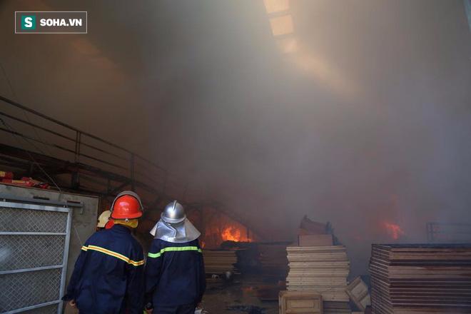 [Chùm ảnh] Hiện trường vụ cháy lớn tại khu công nghiệp Ngọc Hồi - Ảnh 8.