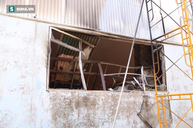 [Chùm ảnh] Hiện trường vụ cháy lớn tại khu công nghiệp Ngọc Hồi - Ảnh 9.