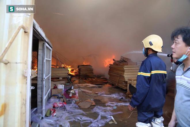[Chùm ảnh] Hiện trường vụ cháy lớn tại khu công nghiệp Ngọc Hồi - Ảnh 10.