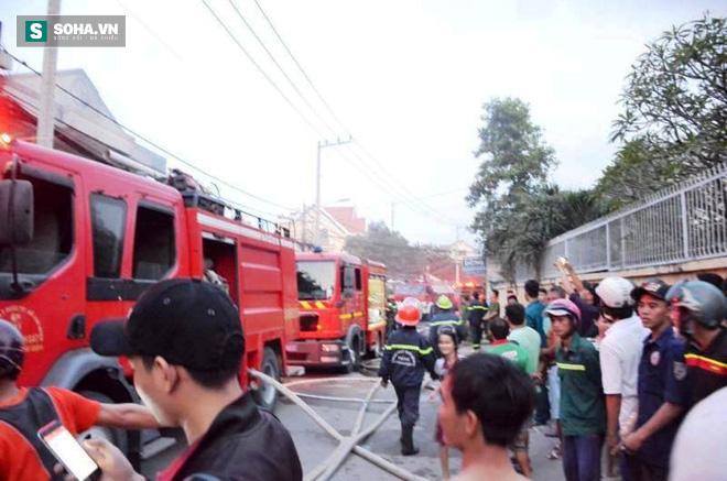 Cháy lớn ở vùng ven Sài Gòn, 3 người thương vong, CA tiếp tục tìm kiếm người mắc kẹt - Ảnh 2.