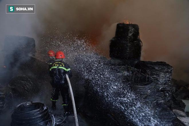 [Chùm ảnh] Hiện trường vụ cháy lớn tại khu công nghiệp Ngọc Hồi - Ảnh 11.