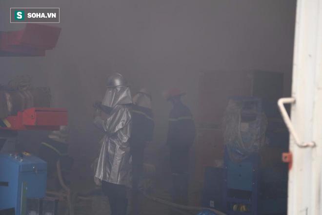 [Chùm ảnh] Hiện trường vụ cháy lớn tại khu công nghiệp Ngọc Hồi - Ảnh 12.