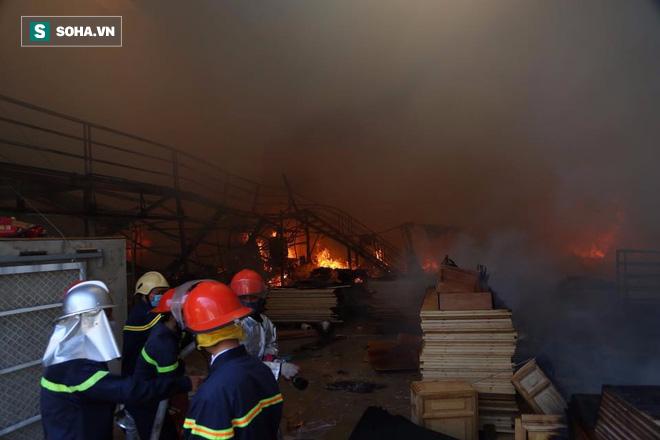[Chùm ảnh] Hiện trường vụ cháy lớn tại khu công nghiệp Ngọc Hồi - Ảnh 13.