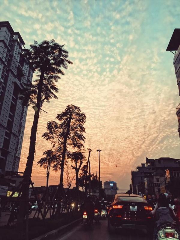 Xuất hiện những đám mây kỳ lạ trên bầu trời Hà Nội chiều qua - Ảnh 7.