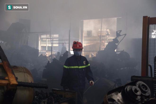 [Chùm ảnh] Hiện trường vụ cháy lớn tại khu công nghiệp Ngọc Hồi - Ảnh 18.