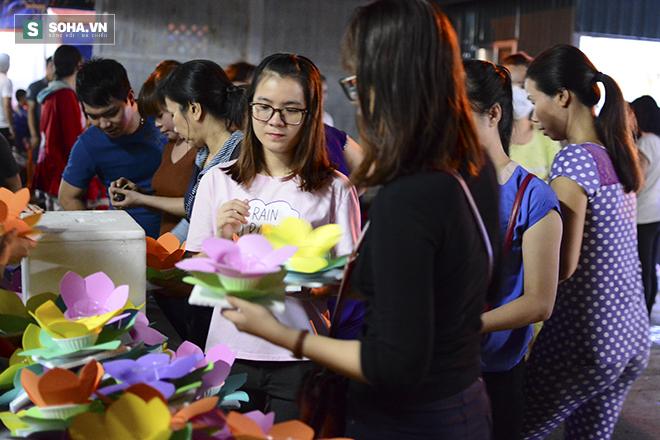 Hàng nghìn ngọn hoa đăng lung linh trên sông Sài Gòn - Ảnh 1.