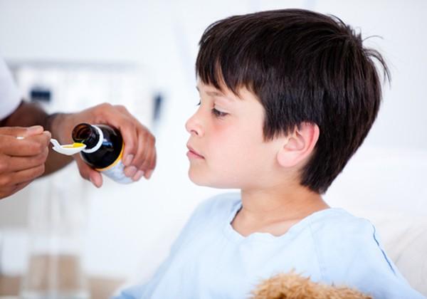 Trẻ sẽ không còn sợ uống thuốc nữa nếu mẹ làm theo những cách này - Ảnh 2.