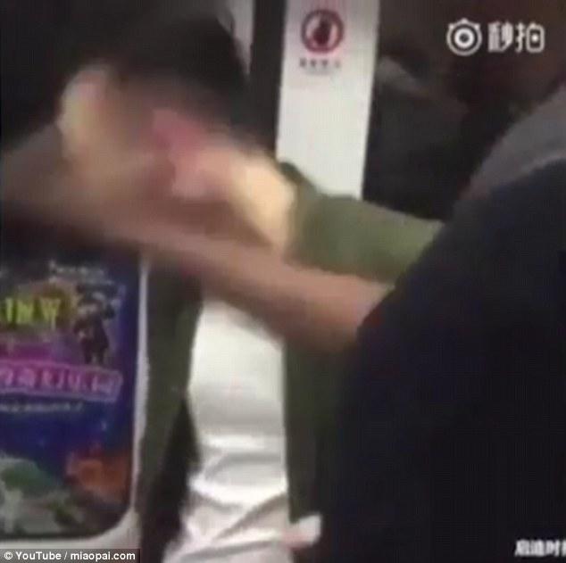 Lăng mạ du khách da màu, thanh niên Trung Quốc nhận cái kết đắng - Ảnh 3.