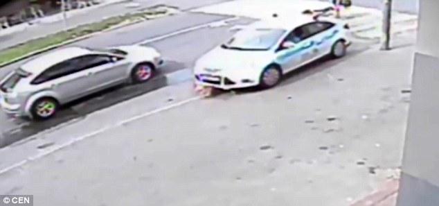 Bé gái bị hất tung, nằm gọn dưới gầm xe sau tai nạn kinh hoàng - Ảnh 3.