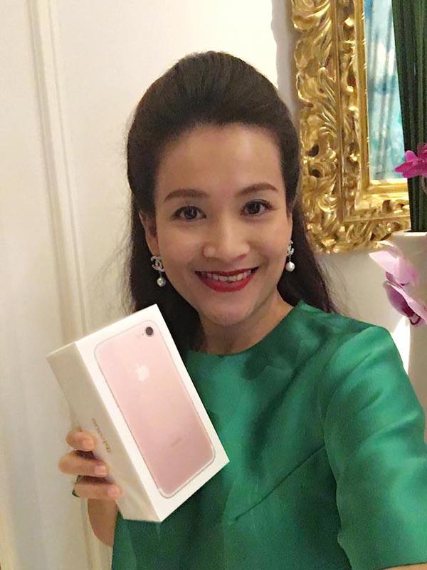 Phản ứng của vợ diễn viên Bình Minh khi được chồng tặng iPhone 7 - Ảnh 2.