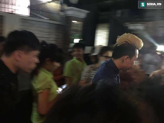 Hành động gây bức xúc trong lễ viếng Minh Thuận - Ảnh 2.