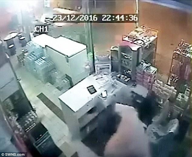 Xe tải lao vào cửa hàng với tốc độ ánh sáng, thật khó tin ông chủ vẫn sống sót - Ảnh 3.