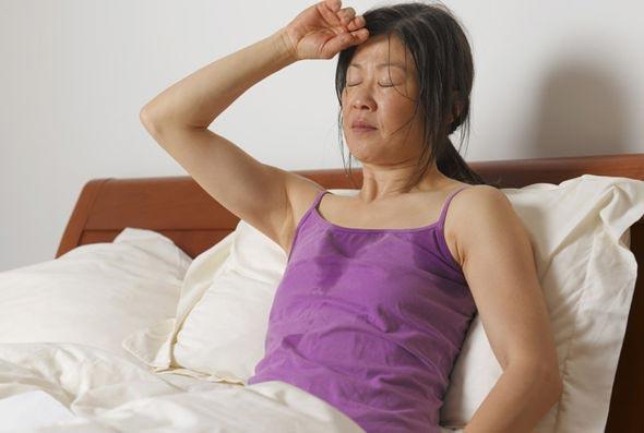 Đổ mồ hôi ban đêm cảnh báo một số bệnh nghiêm trọng - Ảnh 2.