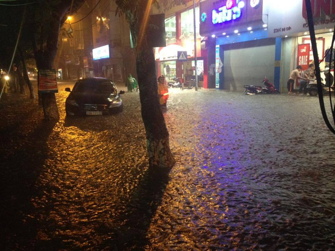 15 hình ảnh chìm trong biển nước sau mưa lớn ở TP HCM và Hà Nội - Ảnh 9.