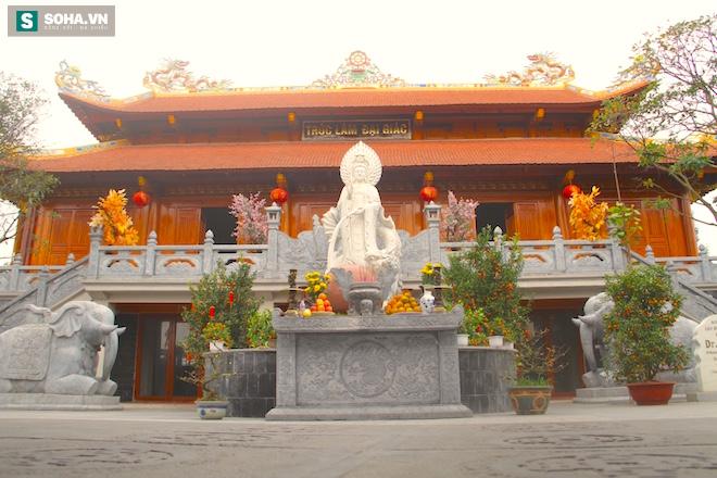 Những pho tượng dát vàng trong đền thờ độc đáo bậc nhất Việt Nam - Ảnh 10.
