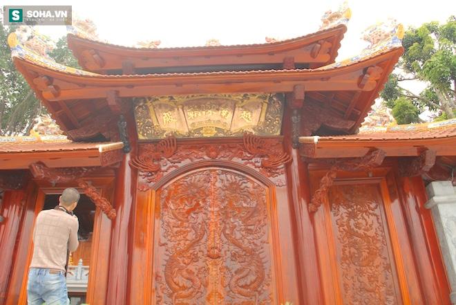 Những pho tượng dát vàng trong đền thờ độc đáo bậc nhất Việt Nam - Ảnh 6.