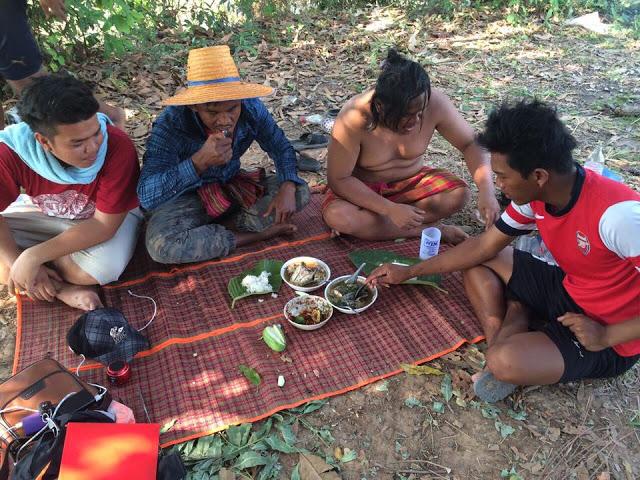Thánh Muay Thái đi mò tôm, bắt cá, sống như Tarzan tại VN - Ảnh 9.