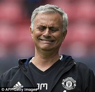 Tấu hài bên đường biên, Mourinho nhận được quà siêu độc - Ảnh 3.