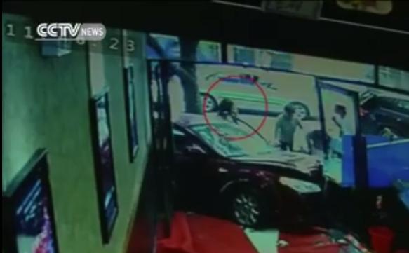 Sốc: Ô tô điên đâm sầm vào cửa hàng gây tai nạn kinh hoàng - Ảnh 5.