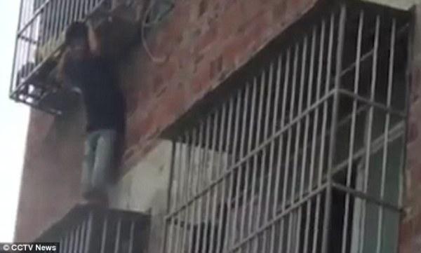 Ở nhà một mình, bé trai suýt rơi xuống từ chuồng cọp chung cư - Ảnh 4.