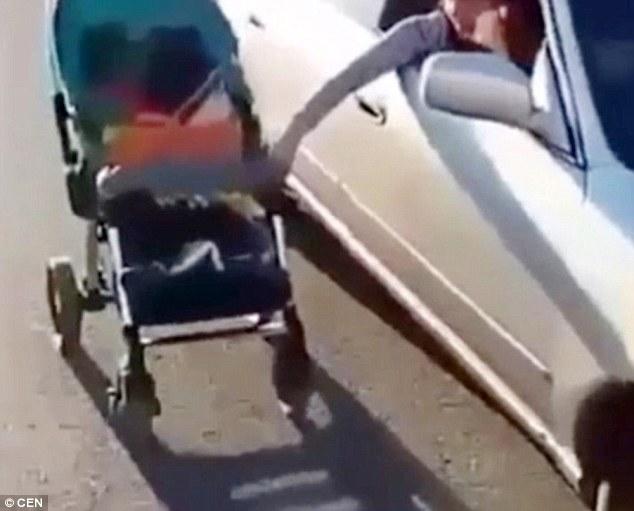 Đẩy xe nôi theo cách lạ, bà mẹ này bị dư luận chỉ trích nặng nề - Ảnh 3.