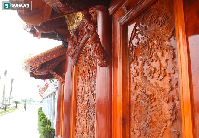 Những pho tượng dát vàng trong đền thờ độc đáo bậc nhất Việt Nam - Ảnh 7.