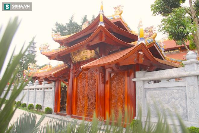 Những pho tượng dát vàng trong đền thờ độc đáo bậc nhất Việt Nam - Ảnh 5.