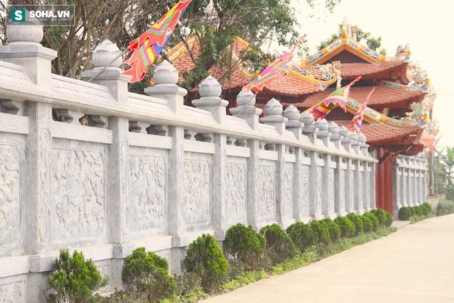 Những pho tượng dát vàng trong đền thờ độc đáo bậc nhất Việt Nam - Ảnh 3.