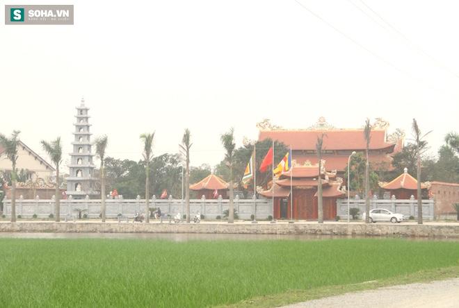 Những pho tượng dát vàng trong đền thờ độc đáo bậc nhất Việt Nam - Ảnh 2.
