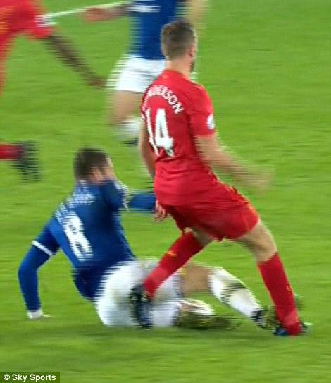 Sau cú tắc bóng ghê rợn với đội trưởng Liverpool, sao Everton được tha thứ bởi điều này - Ảnh 2.