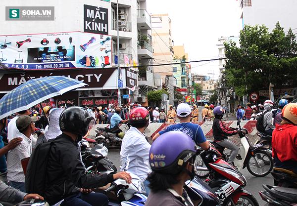 Người dân TP HCM đội mưa đứng chờ TT Obama trước chùa Ngọc Hoàng - Ảnh 2.