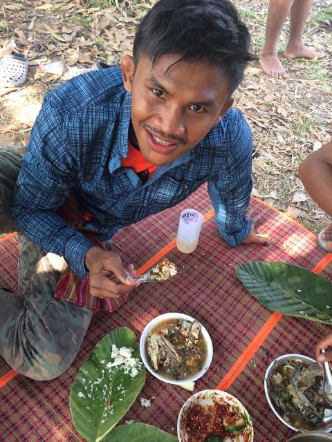 Thánh Muay Thái đi mò tôm, bắt cá, sống như Tarzan tại VN - Ảnh 10.
